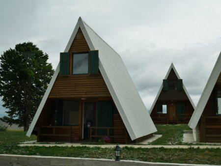 Маленькие домики в национальном парке Дурмитор