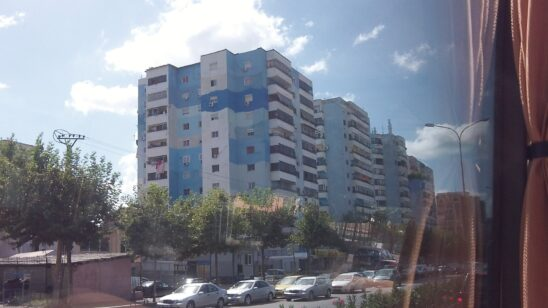 Красиві кольорові будинки в Албанії