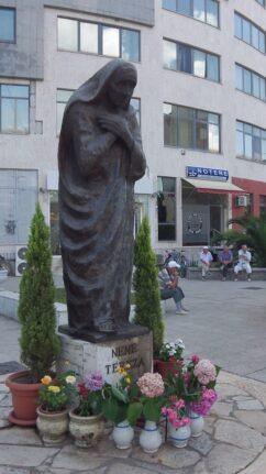 Памятник Матери Терезе в Албании