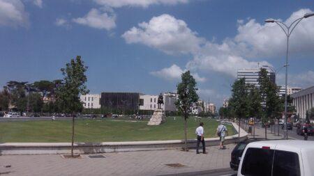 Пам'ятник Скандербегу і Албанська прапор