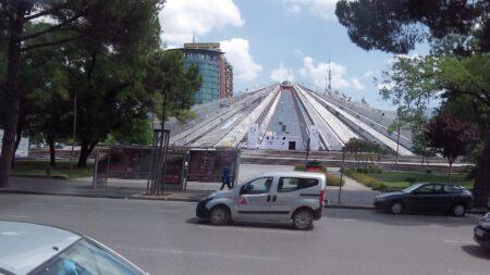 Пирамида в центре города Тирана
