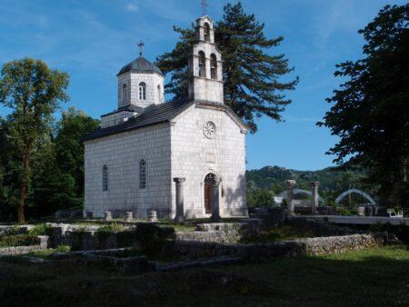 Церква побудована на руїнах монастиря