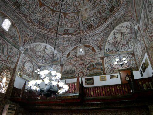 Внутри албанской мечети на экскурсии из Черногории