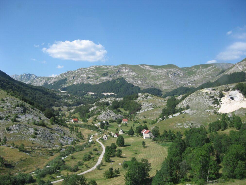 Горный пейзаж и дорога в Черногории