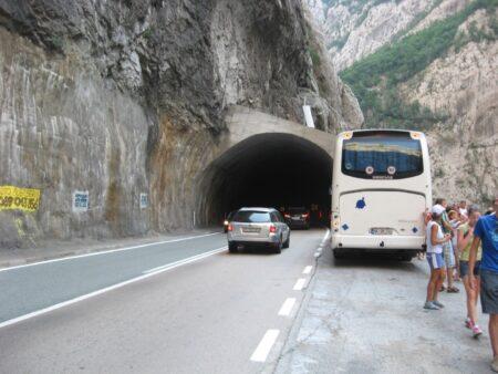 Горный тоннель в каньоне Морача