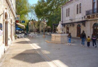 Дома и фонтан на улице Корзо