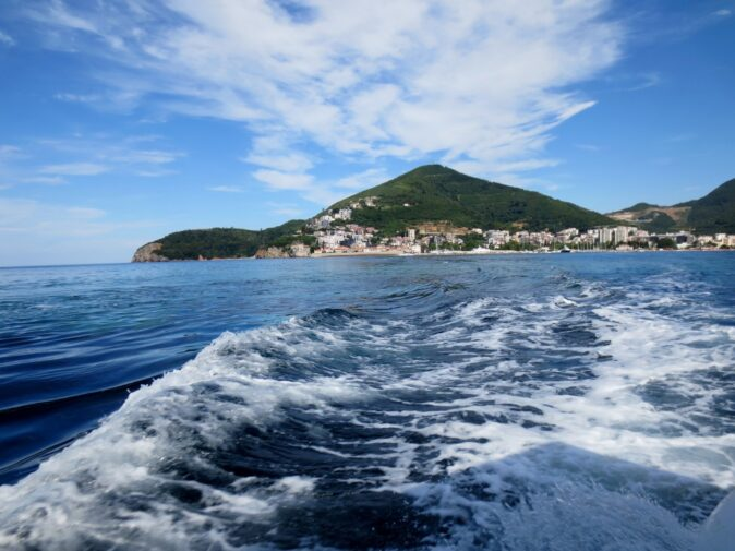 Дорога до пляжу Гаваї в Чорногорії