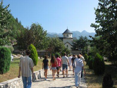 Дорожка к монастырю Морача