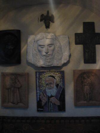 Стародавні ікони і барельєфи в церкві Госпа от Шкрпела