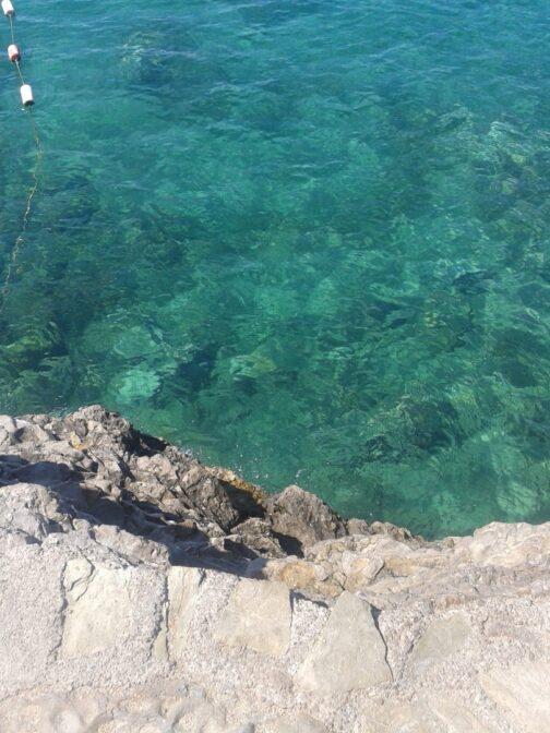 Голубая вода пляжа Могрен