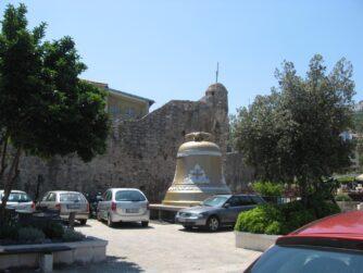 Дзвін біля стіни Старої Будви