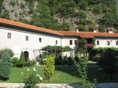 Красива територія монастиря Морача