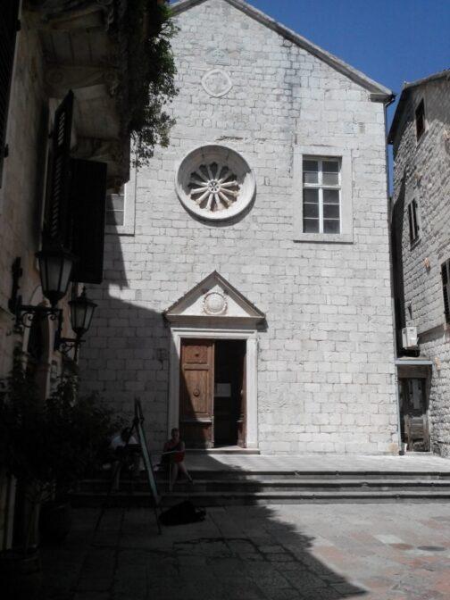 Красива церква в Которі