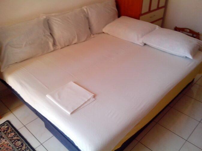 Кровать в улучшеном номере на вилле