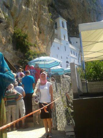 Монастир Острог - черга з паломників
