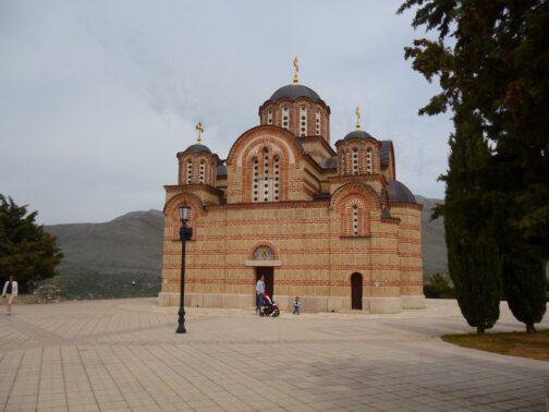 Монастир і церква на пагорбі в Боснії і Герцеговині