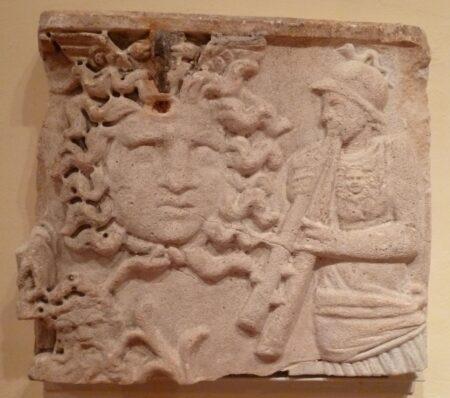 Образец каменной пластии из музея Боснии и Герцеговины