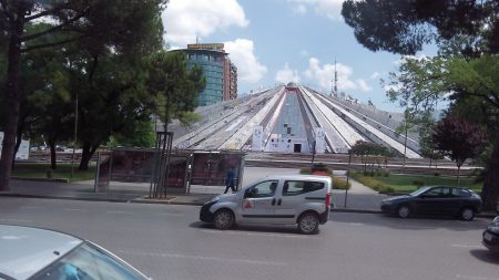 Пирамида в центре Тираны