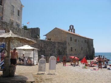 Пляж прямо у стен Старого города