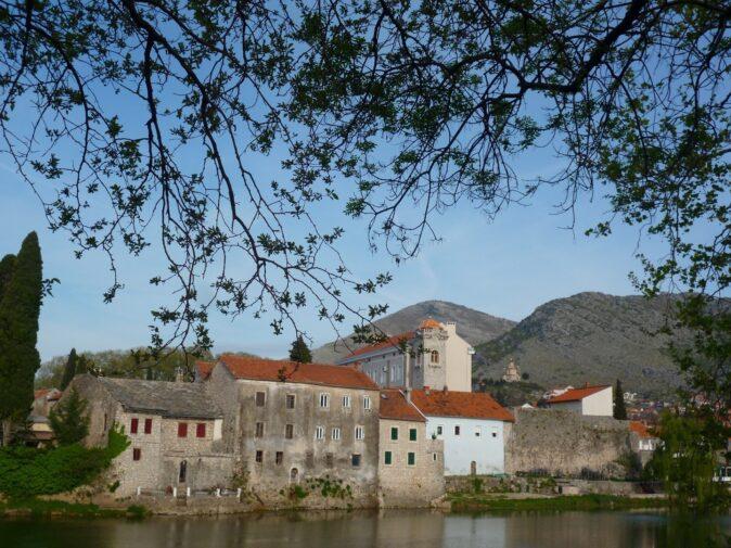 Старый город Требинье с левого берега Требишницы