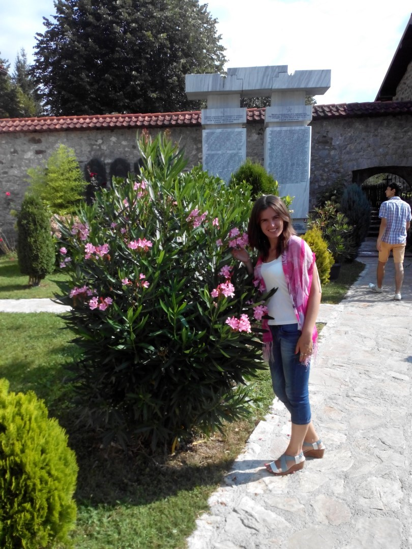 Квіти і стежки в монастирі в горах Чорногорії