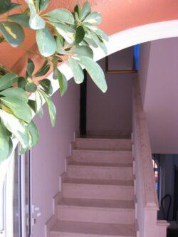 Вхід на другий поверх на віллі