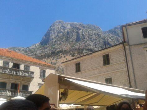 Вид на гори прямо з центру Котора