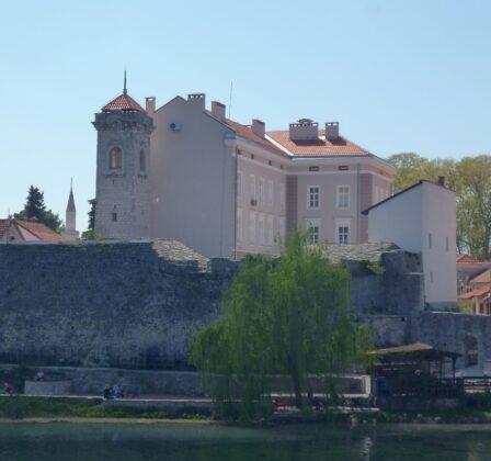 Вид на музей Герцеговини з боку річки