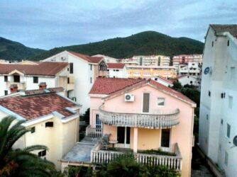 Вид з нашого балкону на Будву
