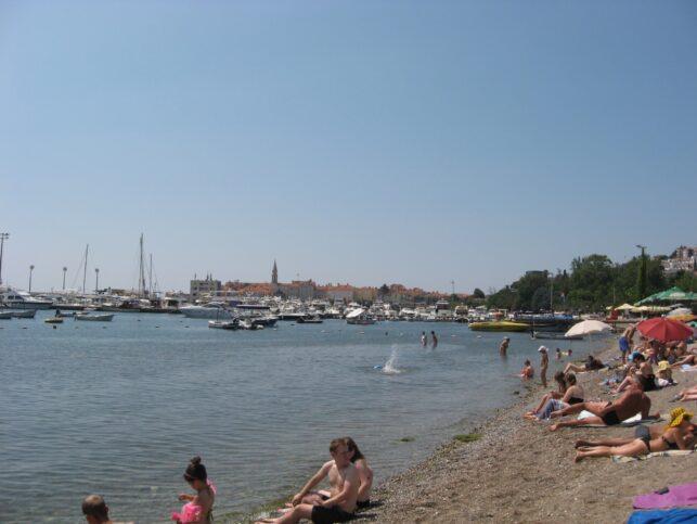 Славянский пляж ближе к Старой части Будвы