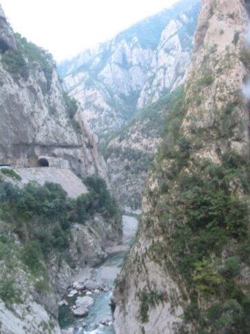 Туннель через скалы