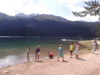 Туристи біля Чорного озера