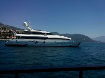 Яхта в морі