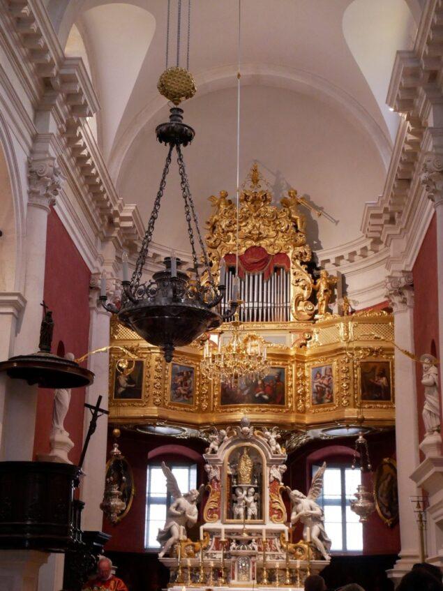 Алтарь и орган в церкви Святого Влаха в Дубровнике, Хорватия