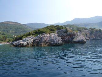 Морская гряда около побережья Черногории