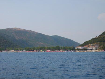 Недалеко от берегов пляжа Яз в Черногории