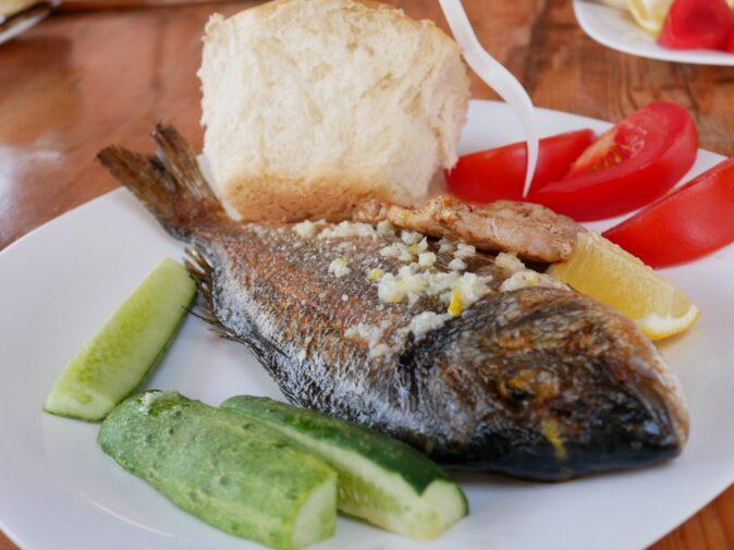 Обед на корабле во время экскурсии фиш-пикник в Черногории