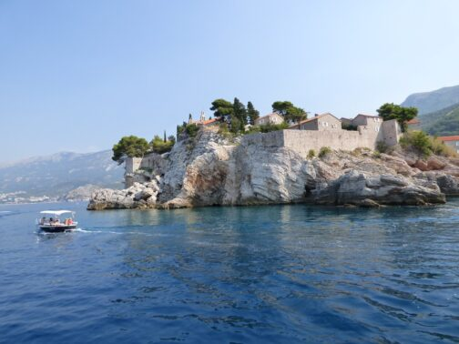 Остров Святого Стефана в Черногории с моря