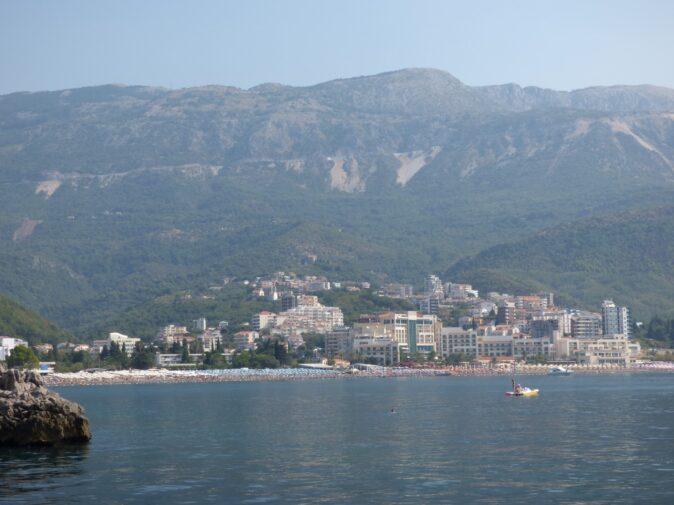 Пляж курорта Бечичи в Черногории с моря