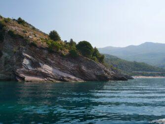 Скала между пляжами курортов Рафаиловичи и Каменево