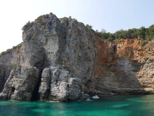 Скалы за пляжами Могрен в Черногории