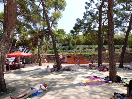 Тенистый участок на острове Святого Николая в Черногории