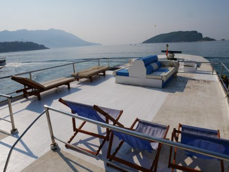 Верхняя палуба катера Елена на экскурсии фиш-пикник в Черногории