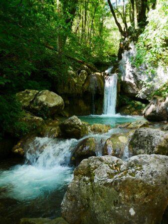 Остановка у водопада во время рафтинга