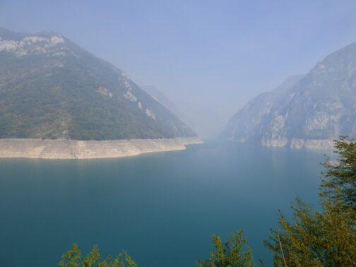 Пивское озеро в тумане от пожаров, Черногория