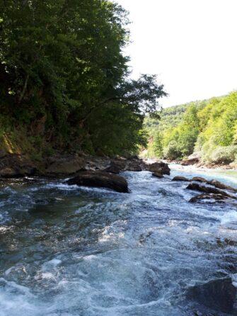 Поворот реки Тара во время рафтинга