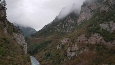 Горы по пути на рафтинг в Черногории