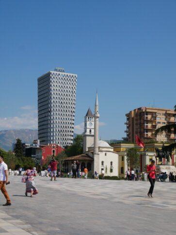 В центре Тираны