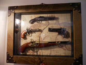 Антикварна зброя на стіні