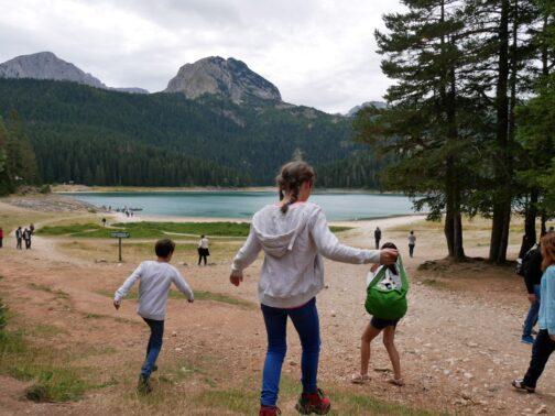 Черное озеро на групповой экскурсии